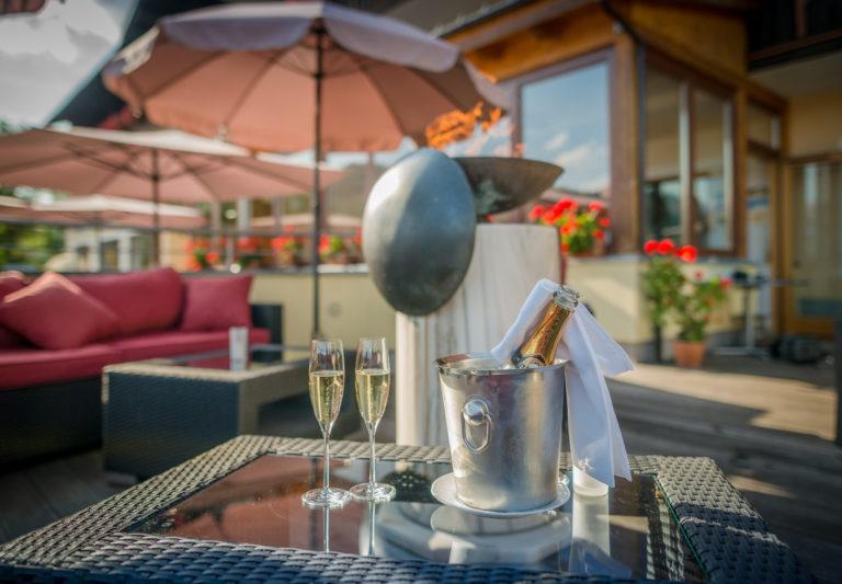 Champagner auf der Hotel Berghof Terrasse