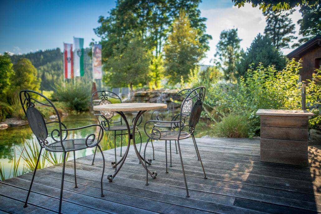Hotelteich mit Tisch und Stuhl