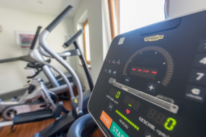 Fitnessraum mit Technogym Geräte im Hotel Berghof