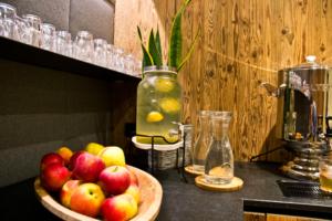 Teebar und Früchte